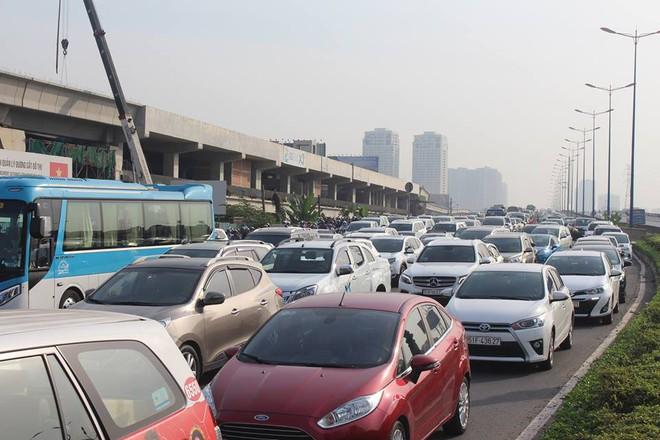Ùn tắc kinh hoàng trên cầu Sài Gòn, hàng nghìn người chen chúc trong nắng nóng ngày cận Tết  - Ảnh 11.