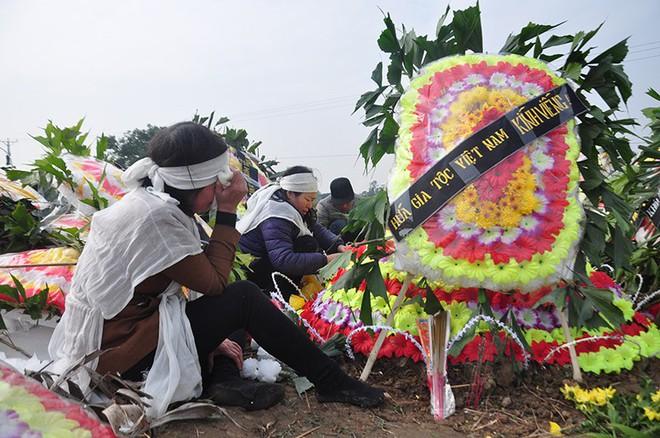 Vụ tai nạn 8 cán bộ xã tử vong: Xót xa cảnh 5 nấm mộ cạnh nhau trong bán kính 100 mét - Ảnh 21.