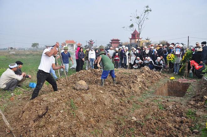 Đại tang ở Kim Lương: Đắp mộ người này chưa xong phải chạy tắt đồng đưa người khác - Ảnh 2.
