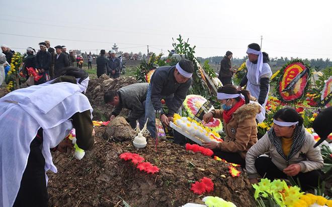 Vụ tai nạn 8 cán bộ xã tử vong: Xót xa cảnh 5 nấm mộ cạnh nhau trong bán kính 100 mét - Ảnh 23.