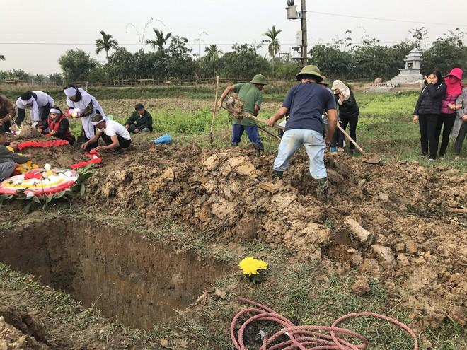Vụ tai nạn 8 cán bộ xã tử vong: Xót xa cảnh 5 nấm mộ cạnh nhau trong bán kính 100 mét - Ảnh 26.