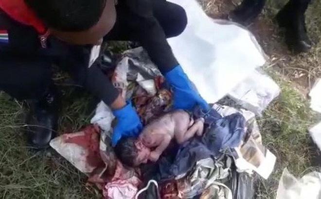 Nghe tiếng khóc trong bãi rác, người dân phát hiện bé trai còn nguyên dây rốn
