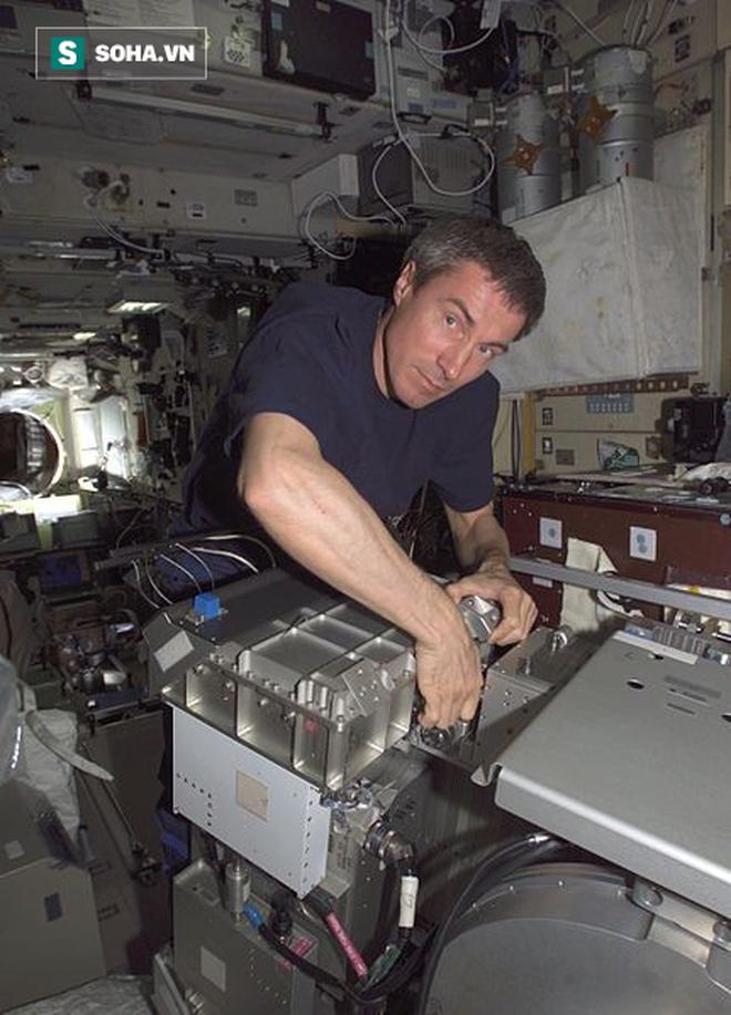 Phi hành gia trên thế giới bị bỏ quên gần 1 năm ròng trong vũ trụ - Ảnh 1.