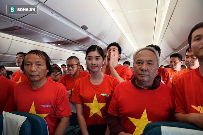 Hàng trăm CĐV đến Dubai tiếp lửa cho tuyển Việt Nam, người hâm mộ trong nước bắt đầu khuấy động không khí - Ảnh 1.