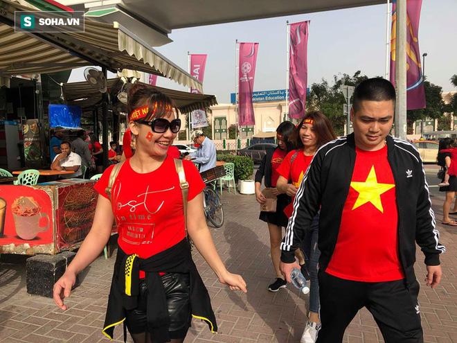 CĐV đến sân tiếp lửa cho tuyển Việt Nam từ sớm, người hâm mộ trong nước bắt đầu khuấy động không khí - Ảnh 1.