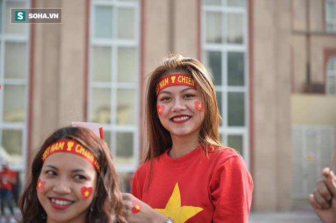 CĐV đến sân tiếp lửa cho tuyển Việt Nam từ sớm, người hâm mộ trong nước bắt đầu khuấy động không khí - Ảnh 3.