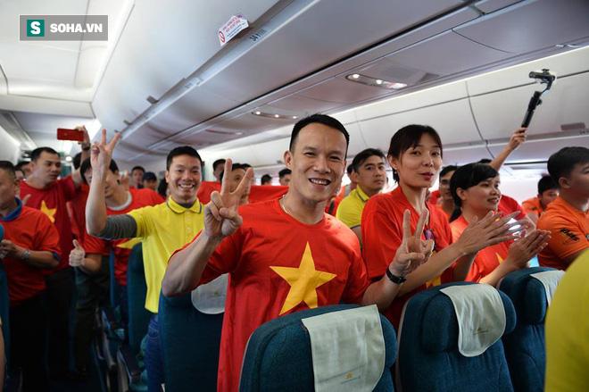 Hàng trăm CĐV đến Dubai tiếp lửa cho tuyển Việt Nam, người hâm mộ trong nước bắt đầu khuấy động không khí - Ảnh 3.