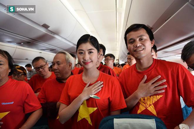 Hàng trăm CĐV đến Dubai tiếp lửa cho tuyển Việt Nam, người hâm mộ trong nước bắt đầu khuấy động không khí - Ảnh 4.