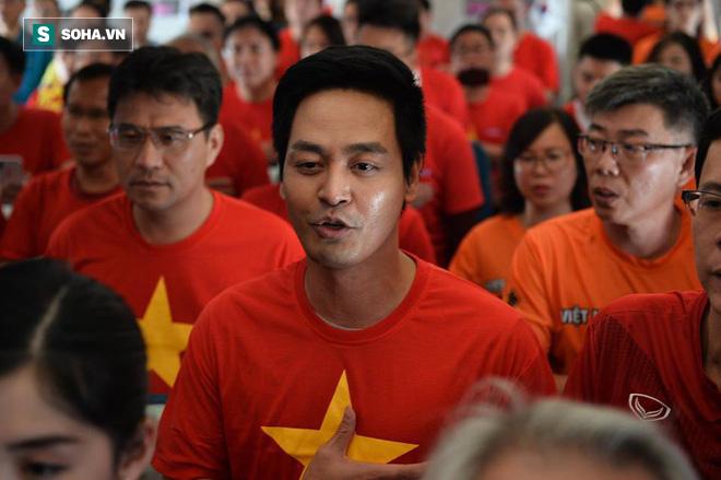 Hàng trăm CĐV đến Dubai tiếp lửa cho tuyển Việt Nam, người hâm mộ trong nước bắt đầu khuấy động không khí - Ảnh 5.