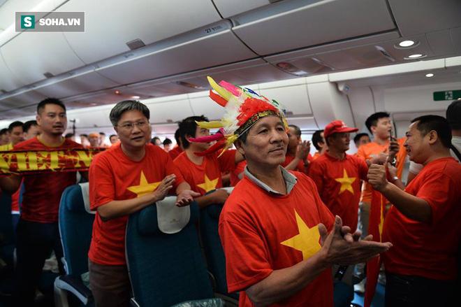 Hàng trăm CĐV đến Dubai tiếp lửa cho tuyển Việt Nam, người hâm mộ trong nước bắt đầu khuấy động không khí - Ảnh 6.