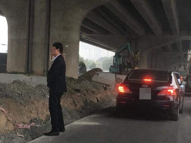 Người đàn ông mặc vest đi ô tô và hành động đáng xấu hổ giữa đường - Ảnh 1.