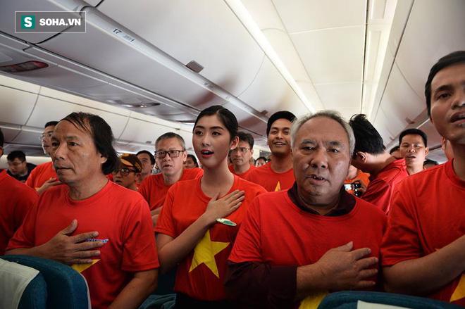Hàng trăm CĐV đến Dubai tiếp lửa cho tuyển Việt Nam, người hâm mộ trong nước bắt đầu khuấy động không khí - Ảnh 7.
