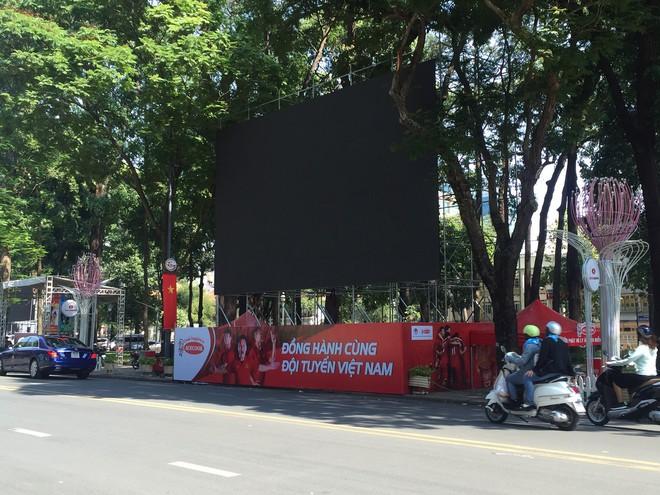 TP HCM lắp 5 màn hình lớn ở đường Lê Duẩn trực tiếp trận Việt Nam - Nhật Bản - Ảnh 1.