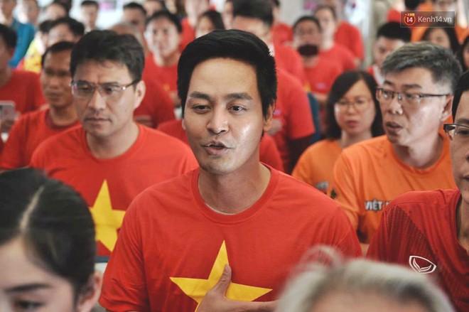 Clip: Hơn 300 CĐV hát Quốc ca trên độ cao hơn 10.000m, một lòng hướng về ĐT Việt Nam trong trận tứ kết Asian Cup 2019 - Ảnh 4.