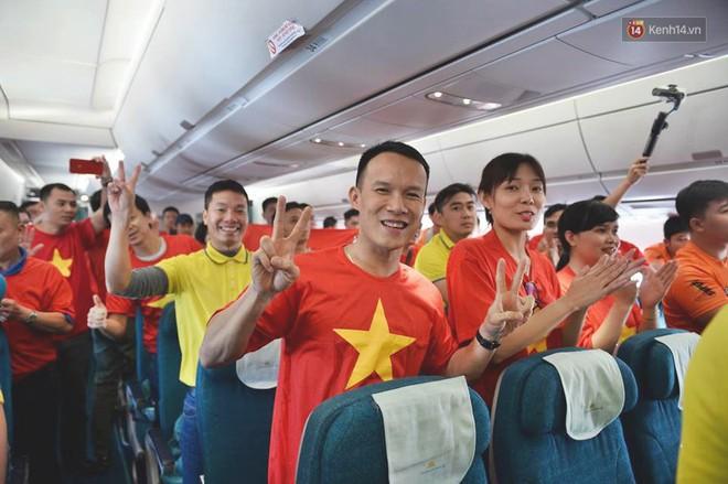Clip: Hơn 300 CĐV hát Quốc ca trên độ cao hơn 10.000m, một lòng hướng về ĐT Việt Nam trong trận tứ kết Asian Cup 2019 - Ảnh 6.