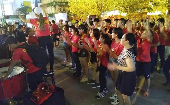 Người Sài Gòn nhảy múa, reo hò, cảm ơn những 'chiến binh' tuyển Việt Nam