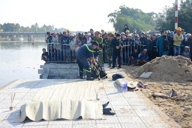 Vụ cả gia đình lao ô tô xuống sông, 3 người chết: Cháu phá cửa thoát ra nhưng bị cha kéo lại - Ảnh 2.