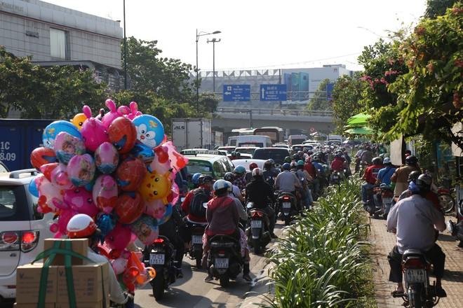 Hàng nghìn phương tiện chôn chân dưới cái nắng ở cổng sân bay Tân Sơn Nhất - Ảnh 3.