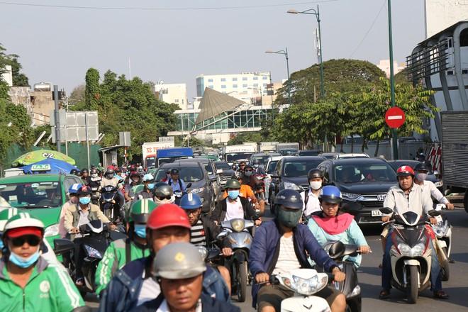 Hàng nghìn phương tiện chôn chân dưới cái nắng ở cổng sân bay Tân Sơn Nhất - Ảnh 5.