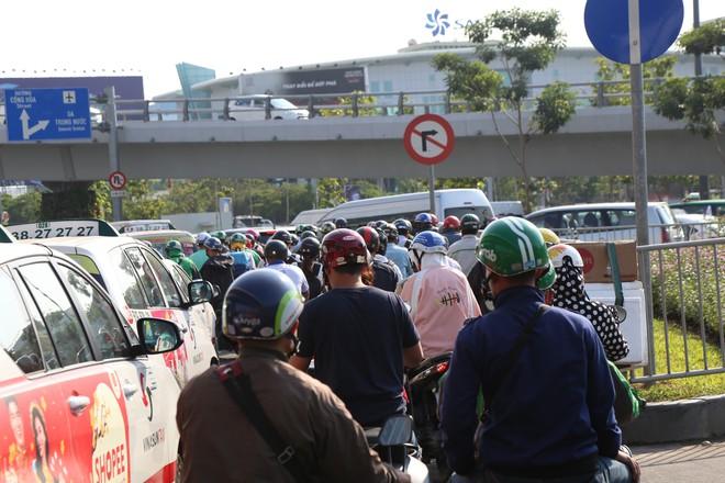 Hàng nghìn phương tiện chôn chân dưới cái nắng ở cổng sân bay Tân Sơn Nhất - Ảnh 6.