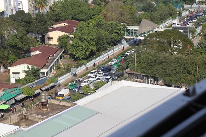 Hàng nghìn phương tiện chôn chân dưới cái nắng ở cổng sân bay Tân Sơn Nhất - Ảnh 11.