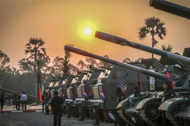 Không chịu kém Lào, Quân đội Campuchia phô diễn vũ khí tối tân kỷ niệm 20 năm thành lập - ảnh 7