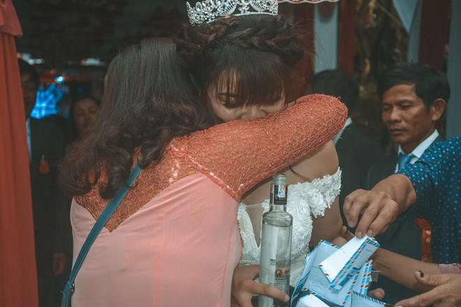 Cô dâu ôm người nhà khóc trong ngày lấy chồng xa, những hình ảnh khiến nhiều người nghẹn ngào  - Ảnh 2.