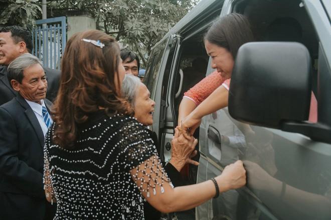 Cô dâu ôm người nhà khóc trong ngày lấy chồng xa, những hình ảnh khiến nhiều người nghẹn ngào  - Ảnh 4.