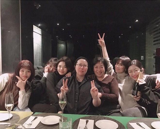 Song Hye Kyo gây choáng với ảnh selfie siêu cận mặt: 38 tuổi mà da bóng mịn không chút nếp nhăn - Ảnh 1.