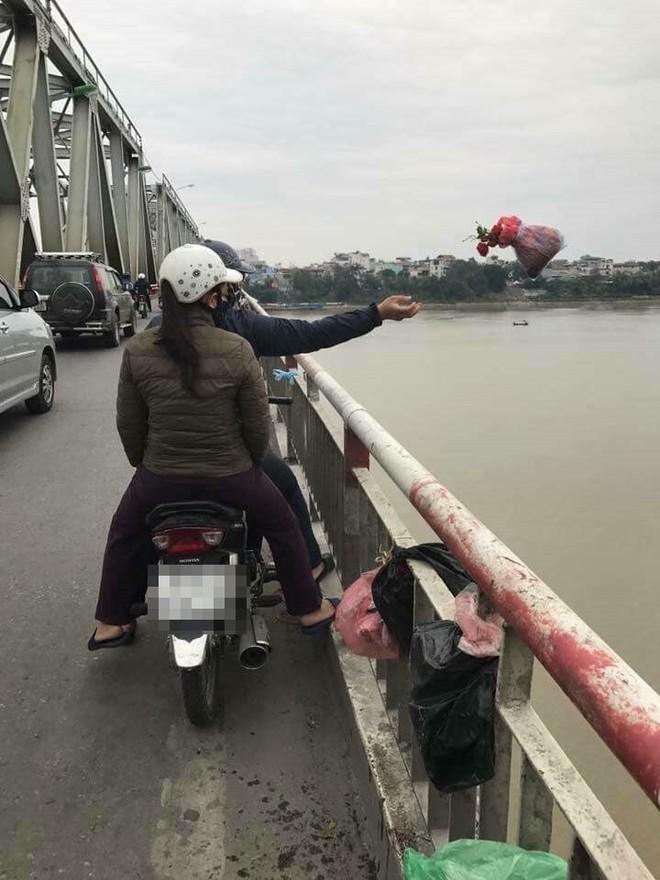 Xôn xao hình ảnh người phụ nữ vứt cả bàn thờ xuống sông để tiễn ông Táo - Ảnh 4.