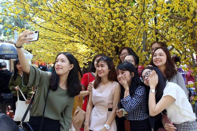 Trai xinh gái đẹp xúng xính chụp ảnh dọc phố ông đồ ở Sài Gòn - Ảnh 13.