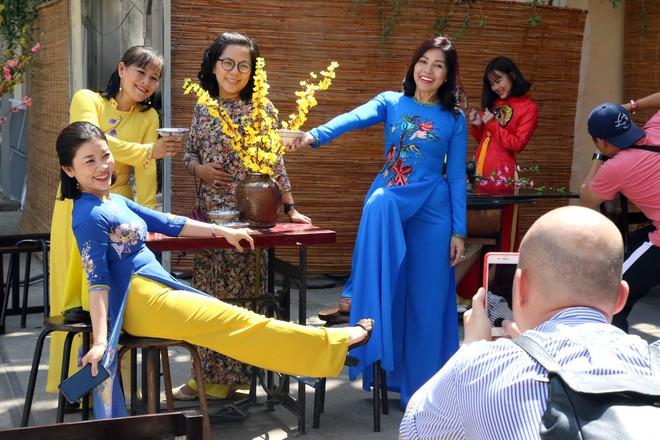 Trai xinh gái đẹp xúng xính chụp ảnh dọc phố ông đồ ở Sài Gòn - Ảnh 10.