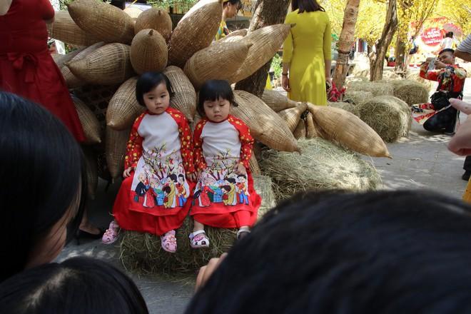 Trai xinh gái đẹp xúng xính chụp ảnh dọc phố ông đồ ở Sài Gòn - Ảnh 12.