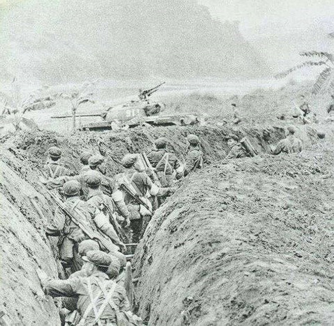 Chiến tranh 1979: Buộc người vào xe tăng cho khỏi ngã, lính TQ không kịp chạy tháo thân khi bị phản công - Ảnh 1.