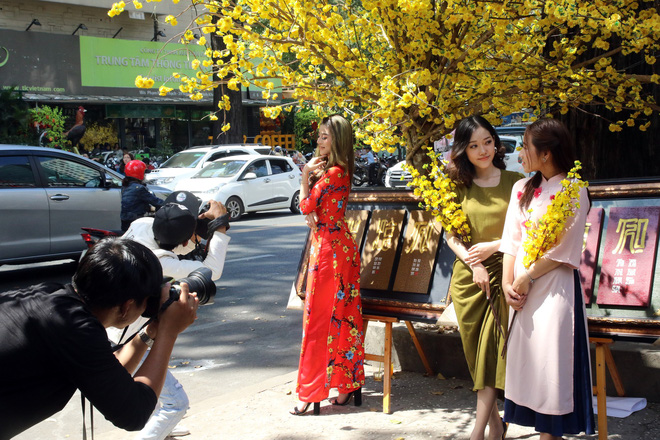 Trai xinh gái đẹp xúng xính chụp ảnh dọc phố ông đồ ở Sài Gòn - Ảnh 6.