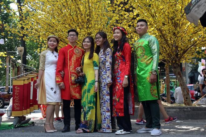 Trai xinh gái đẹp xúng xính chụp ảnh dọc phố ông đồ ở Sài Gòn - Ảnh 14.