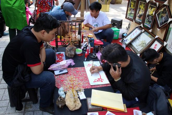 Trai xinh gái đẹp xúng xính chụp ảnh dọc phố ông đồ ở Sài Gòn - Ảnh 4.