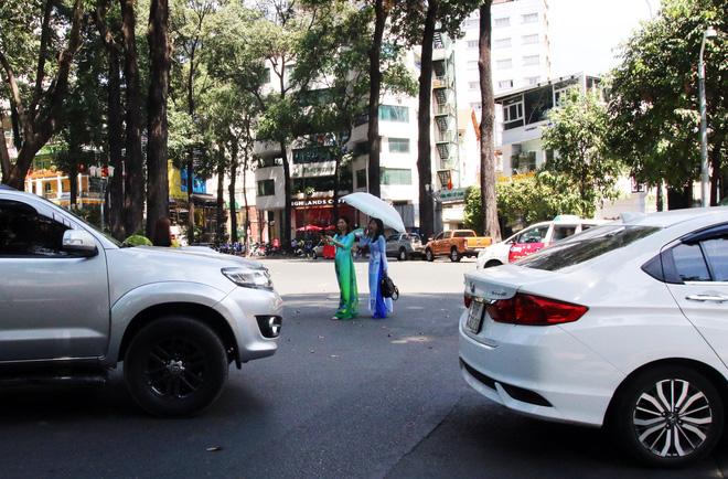 Trai xinh gái đẹp xúng xính chụp ảnh dọc phố ông đồ ở Sài Gòn - Ảnh 15.
