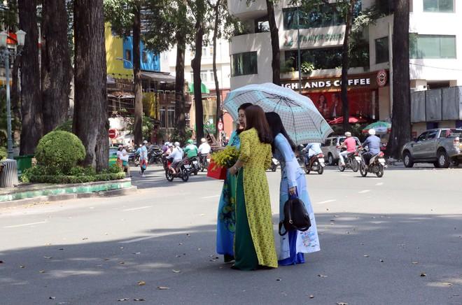 Trai xinh gái đẹp xúng xính chụp ảnh dọc phố ông đồ ở Sài Gòn - Ảnh 16.