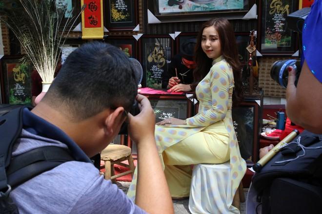 Trai xinh gái đẹp xúng xính chụp ảnh dọc phố ông đồ ở Sài Gòn - Ảnh 8.