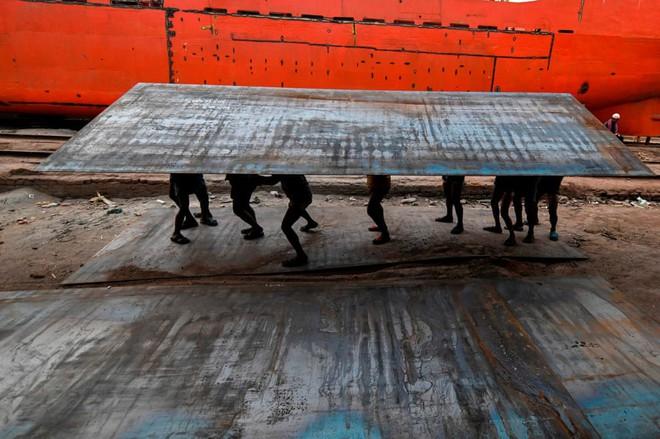 24h qua ảnh: Hàng triệu người Trung Quốc hối hả chờ tàu về quê ăn Tết - Ảnh 5.