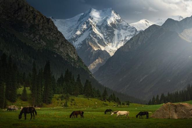 """Thiên nhiên hùng vĩ ở Kyrgyzstan đẹp đến """"nghẹt thở"""" - Ảnh 1."""