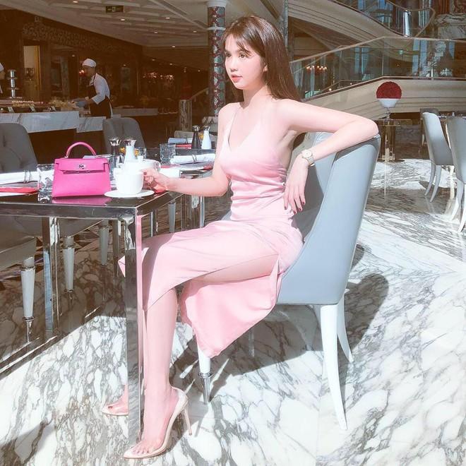 Ngọc Trinh diện váy xẻ cao, khoe dáng gợi cảm, chân dài nõn nà ở tuổi 30 - Ảnh 3.