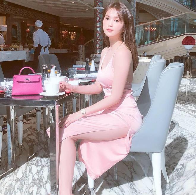 Ngọc Trinh diện váy xẻ cao, khoe dáng gợi cảm, chân dài nõn nà ở tuổi 30 - Ảnh 2.