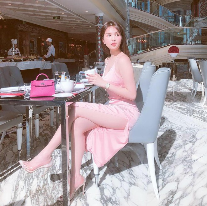 Ngọc Trinh diện váy xẻ cao, khoe dáng gợi cảm, chân dài nõn nà ở tuổi 30 - Ảnh 5.