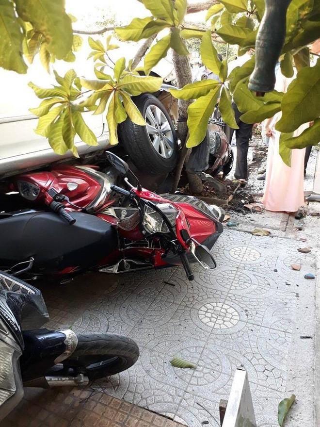 Lùi xe vụng về cuốn 4 xe máy vào gầm, người phụ nữ hoảng sợ chạy về nhà - Ảnh 1.