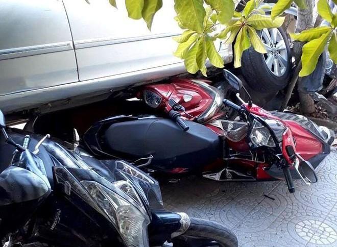Lùi xe vụng về cuốn 4 xe máy vào gầm, người phụ nữ hoảng sợ chạy về nhà - Ảnh 3.