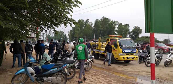 Vụ xe điên tông vợ chồng tử vong: Người dân vẫy xe tải đưa nạn nhân đi cấp cứu - Ảnh 2.