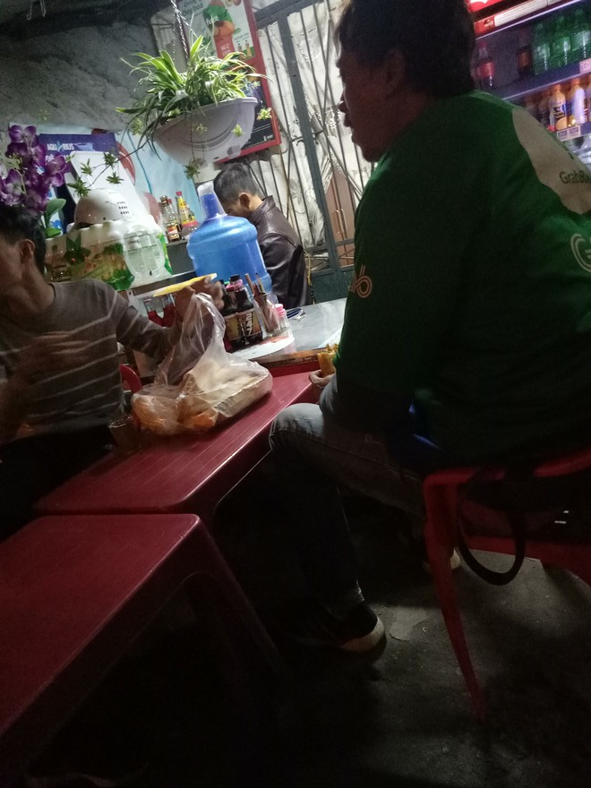 Bị khách bùng hàng, chàng shipper phải ngồi ăn 1 lúc 12 cái bánh mỳ và 6 cốc trà sữa - ảnh 2
