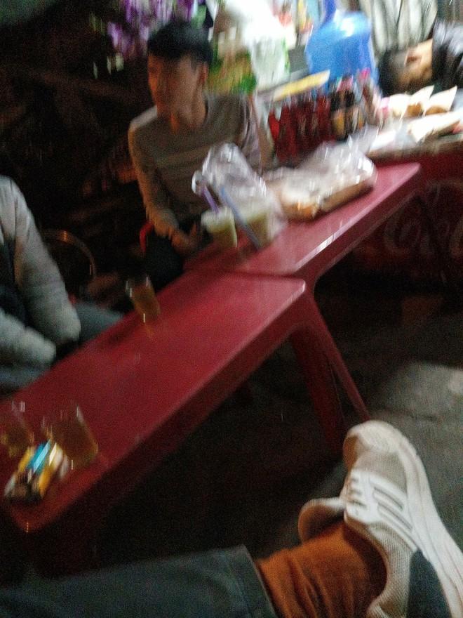 Bị khách bùng hàng, chàng shipper phải ngồi ăn 1 lúc 12 cái bánh mỳ và 6 cốc trà sữa - ảnh 1